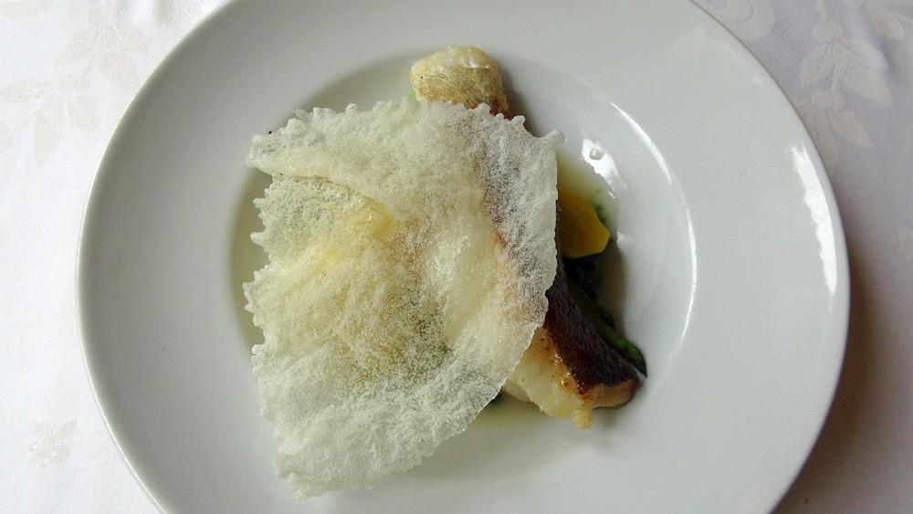 Filet de cabillaud rôti, jus d'arête sauce citron vert et à l'huile de noix, asperges vertes et quelques légumes du moment