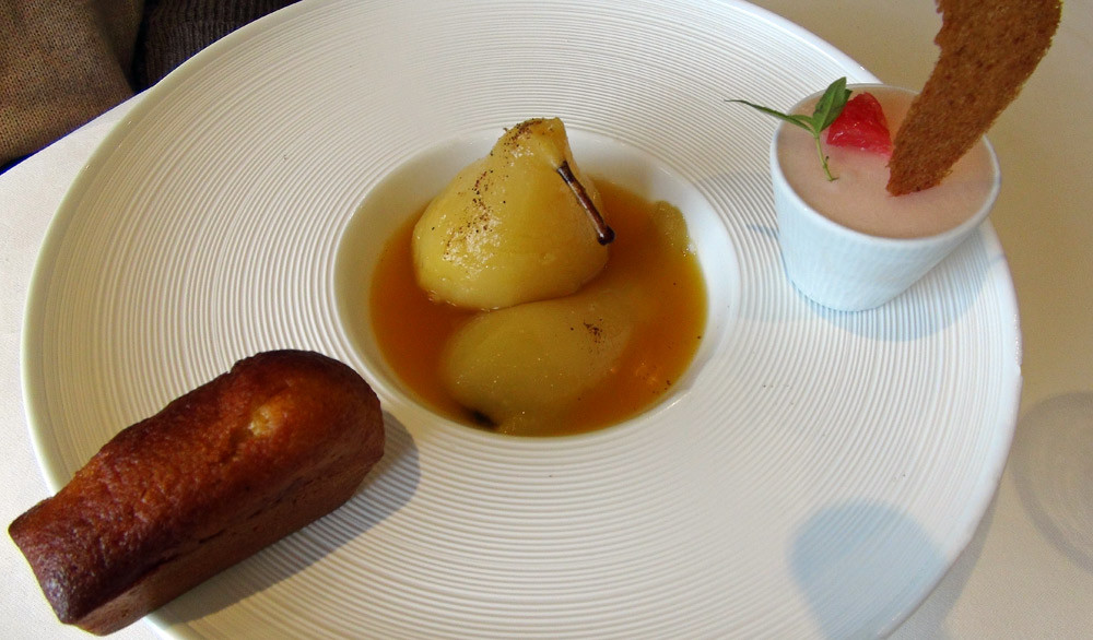 Poire conférence cuite, tiède, jus de passion, cake carotte-cumin, sorbet pamplemousse