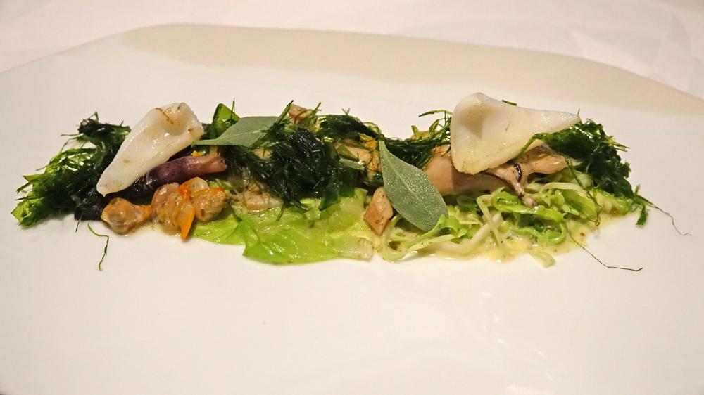 Huître Legris, couteaux, coques, encornets, poivrons verts.  Feuille de chou pointu, tartare d'algues des côtes du Croisic.