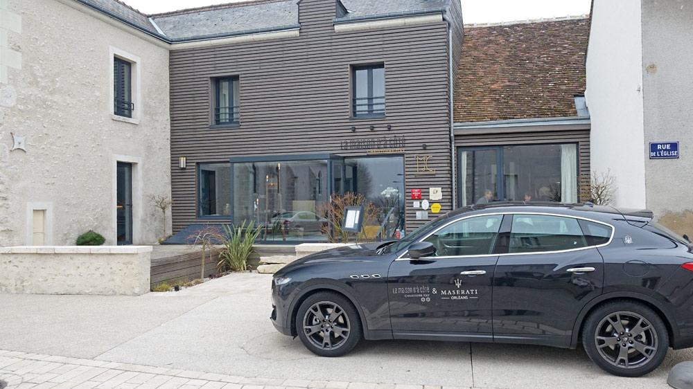 "La façade et la fameuse Maserati estampillée ""Maison"" !"