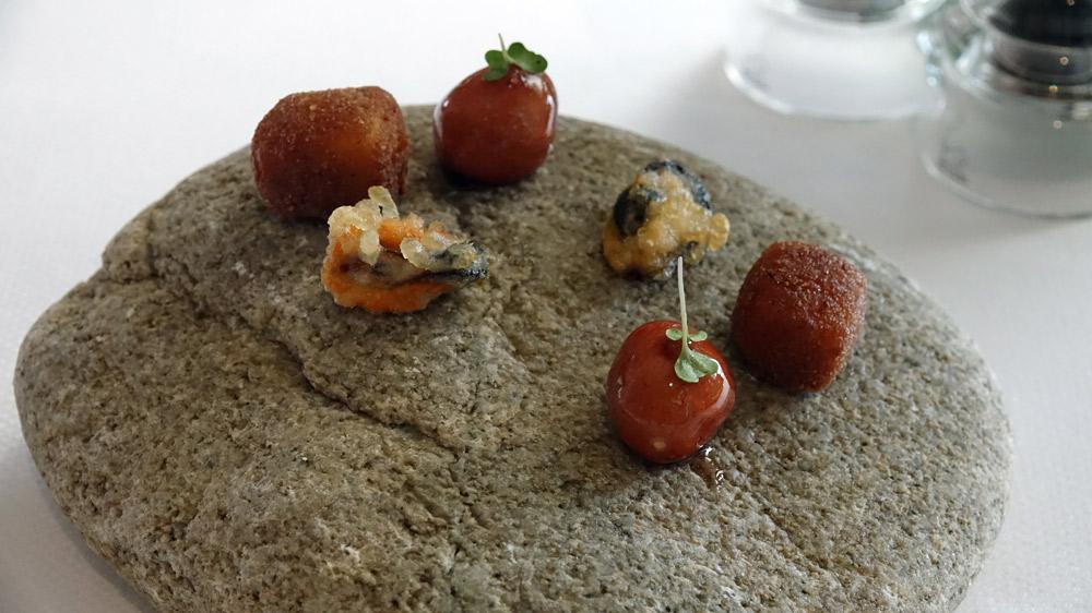Amuse-bouche : Moule en tempura -  Cromesquis crémeux - Bille de bruccio laquée à la myrte