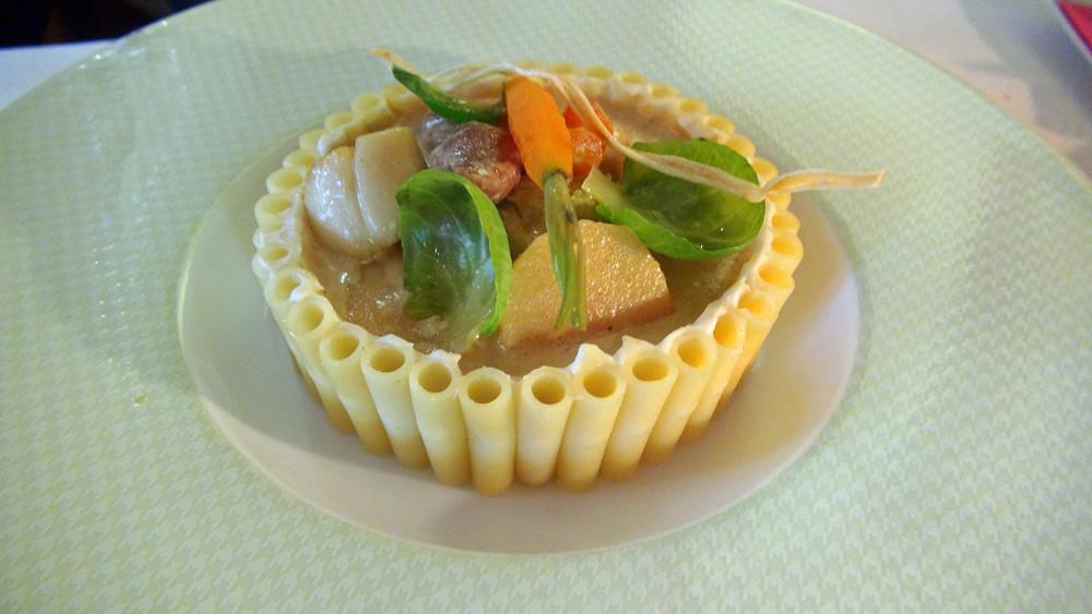 Sot l'y laisse de volaille et  noix de Saint-Jacques comme une blanquette, timbale de macaronis et légumes d'hiver