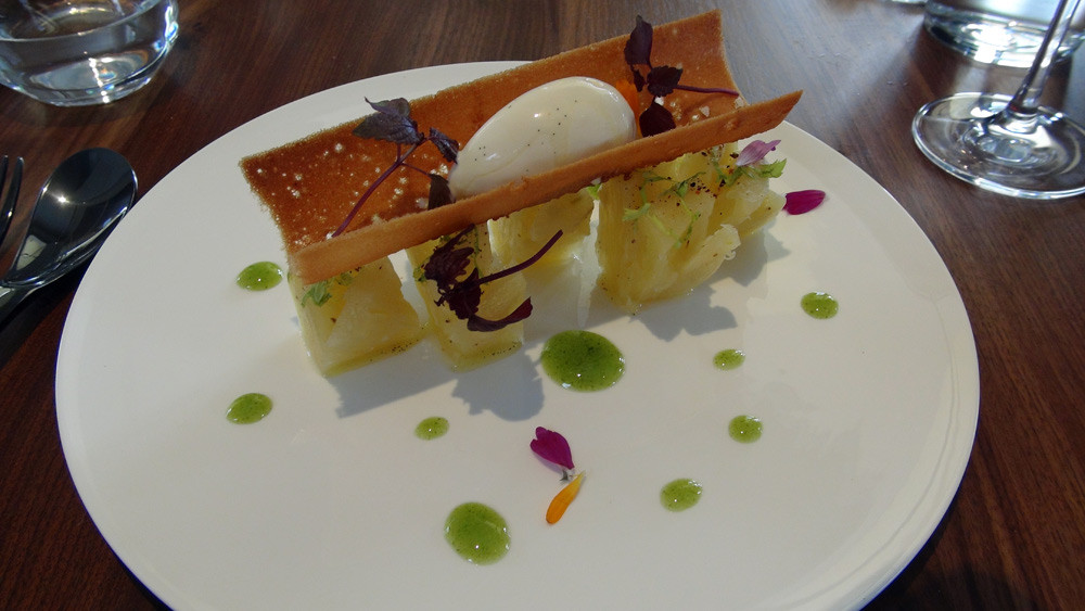Ananas rafraichi, céleri, crème glacée voatsipérifery
