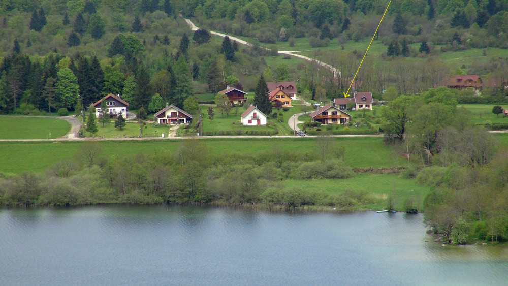 Le lac d'Ilay et notre gîte en arrière-plan