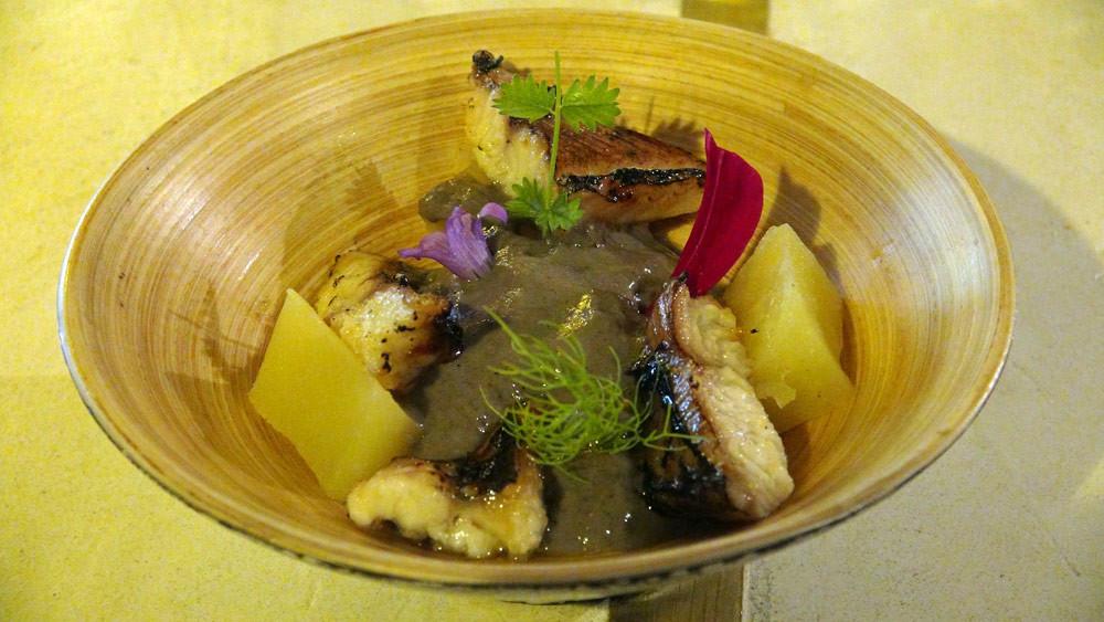 Anguille de Loire caramélisée pomme de terre fumée, sésame noire et pousses de cresson