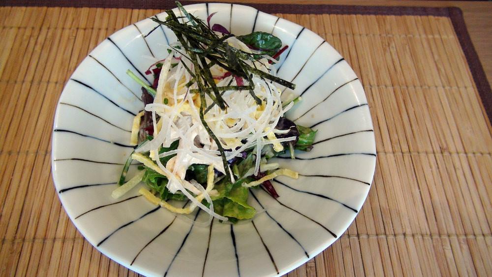 Mushidori salada (salade de filet de poulet à la vapeur, sauce au sésame blanc)