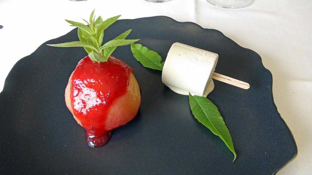 Pêche blanche, glace verveine, coulis de fruits rouges (Création de Daniel Jaguin qui fêtera sa 30 ème années le 20 juillet 2014))