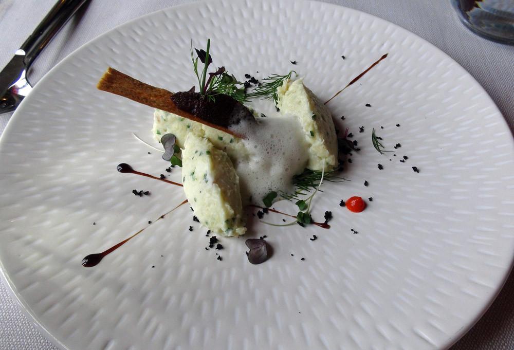 Brandade de morue servie froide, poudre d'olive, bouillon mousseux huile d'olive