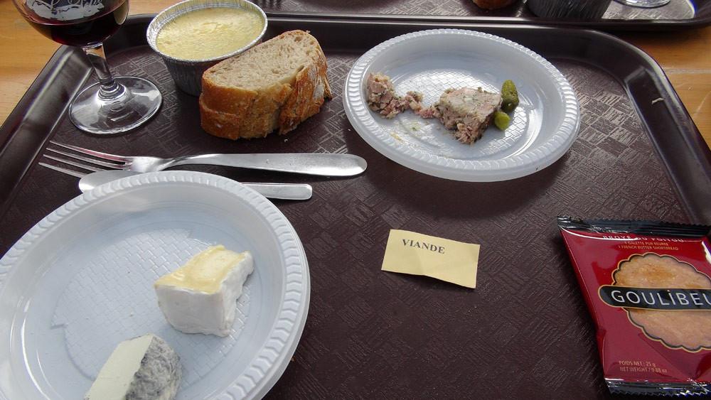Le plateau repas, avec la terrine, tellement bonne qu'elle n'a pas pu attendre le photographe pour la prendre entière !