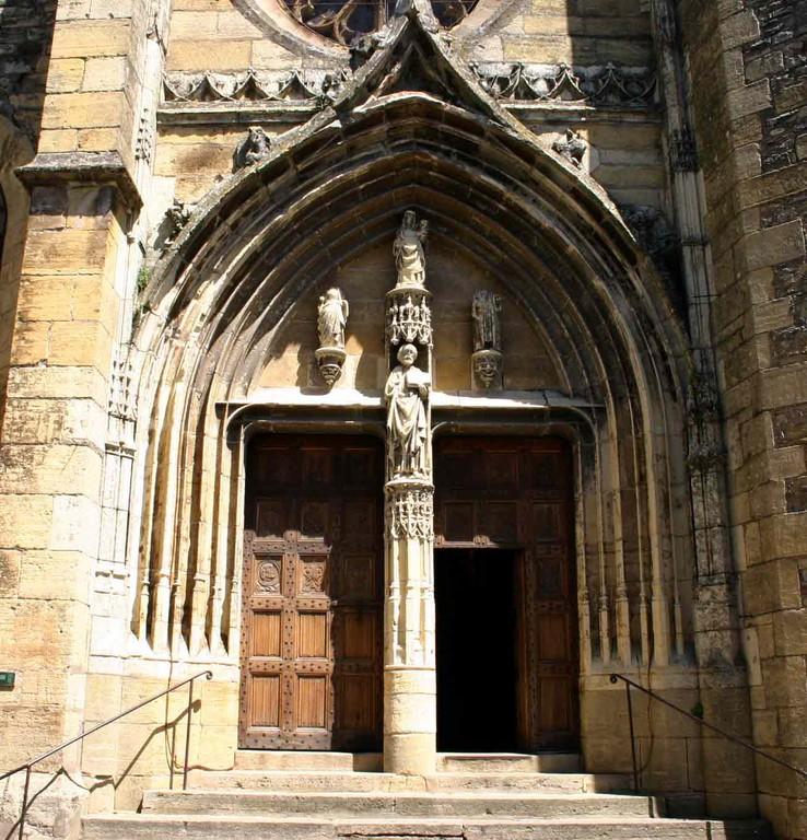 Saint-Côme d'Olt. Le portail sculpté