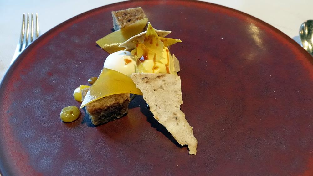 Biscuit à la noisette, crème glacé au potiron du jardin, potiron séché et mariné, éclat de meringue au café