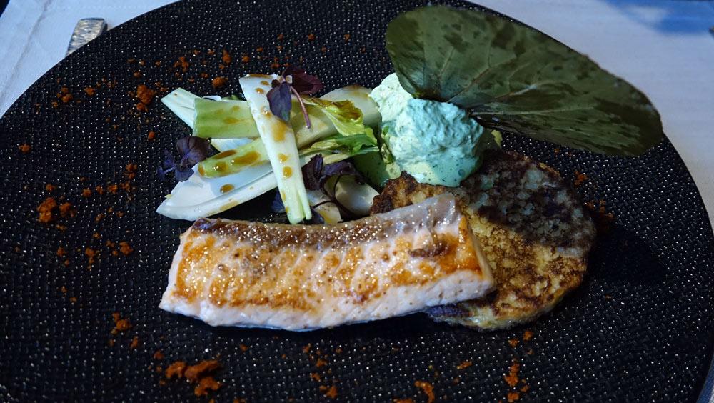 """Saumon """"Bömlo"""" juste snacké au poivre de Penja blanc, Pack Choï mariné, blinis de choux chinois et anguille fumée, sabayon d'herbe"""