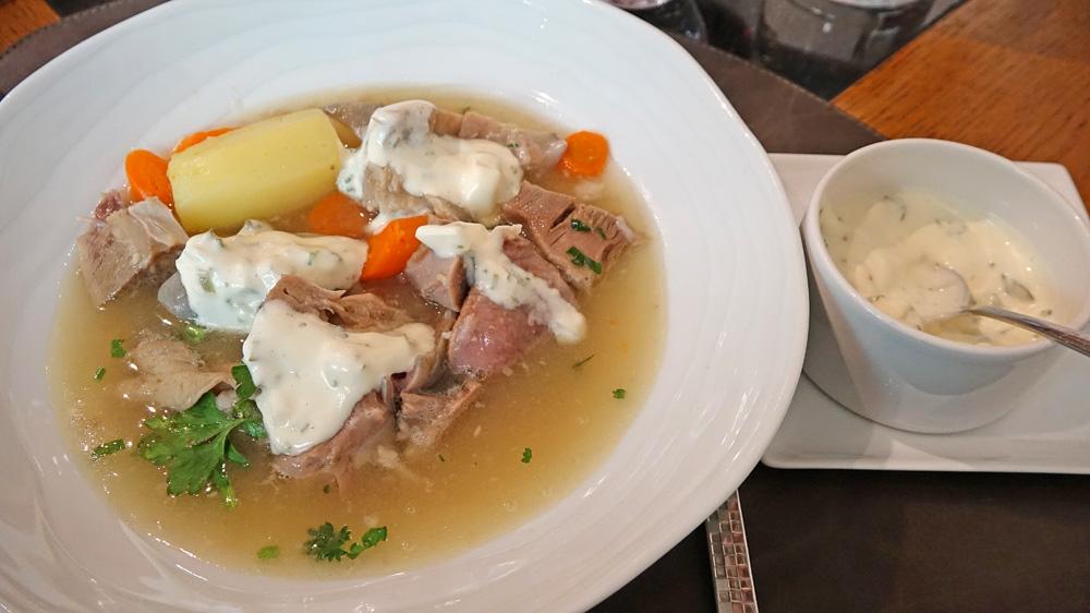 Tête de veau en cassolette, sauce gribiche dans son assiette