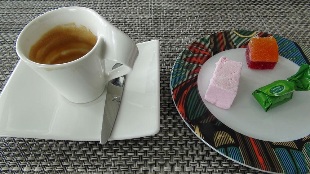 Café, pas terrible, et les 3 mignardises choisis