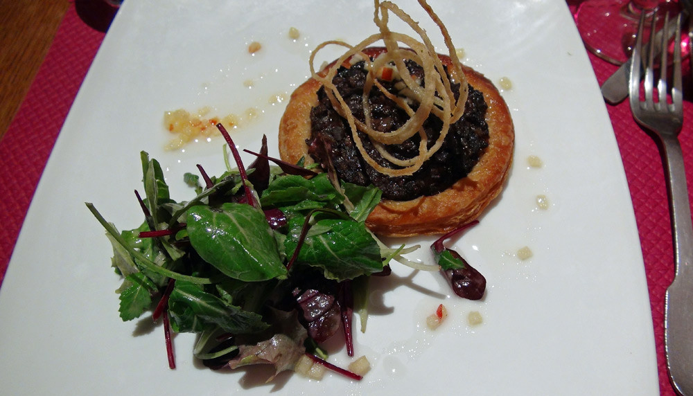 Tarte fine oignon boudin noir, vinaigrette au cidre
