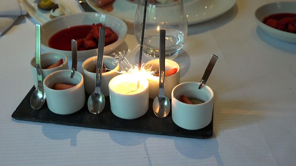 Mignardises : Verrine de compote de pommes Chanteclerc, vanille et cannelle et Coupelle de fraises gariguette de Plougastel