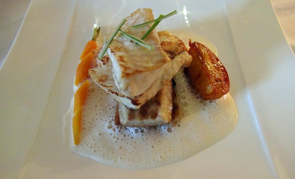 Turbot de pêche côtière, son blanc cuit lentement, boudin noir, palet d'igname et citron confit