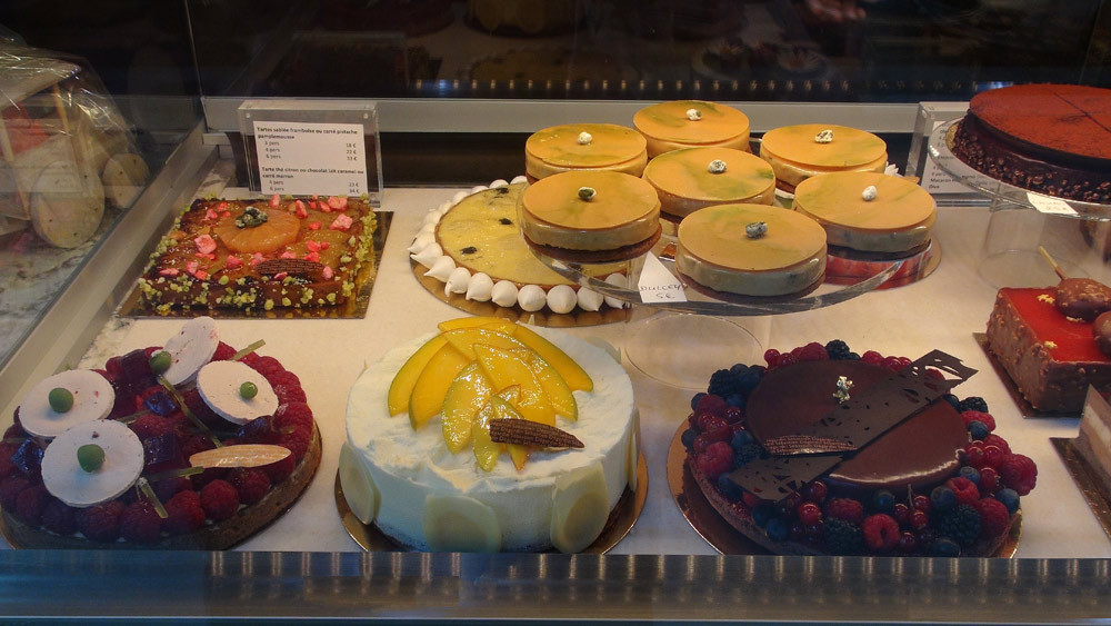 Gros gâteaux en vitrine