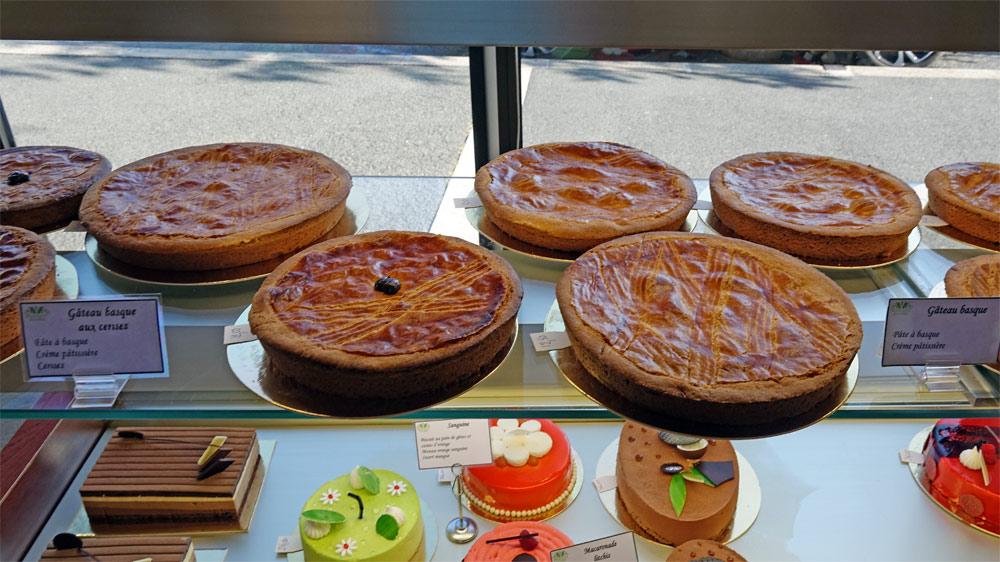 Gâteaux basques, pâtissière et cerises