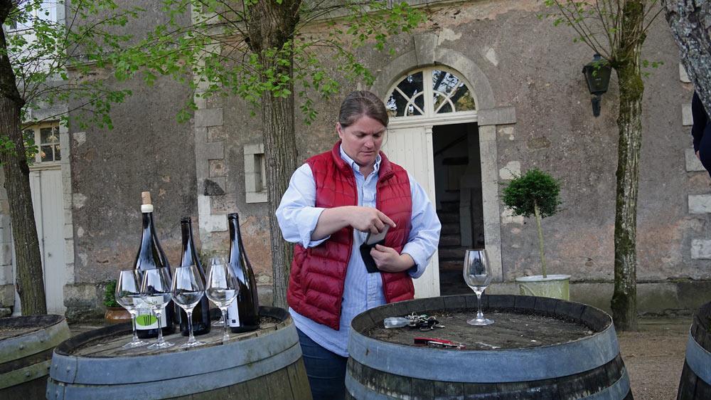 Tessa Laroche engage la dégustation des vins en bouteille