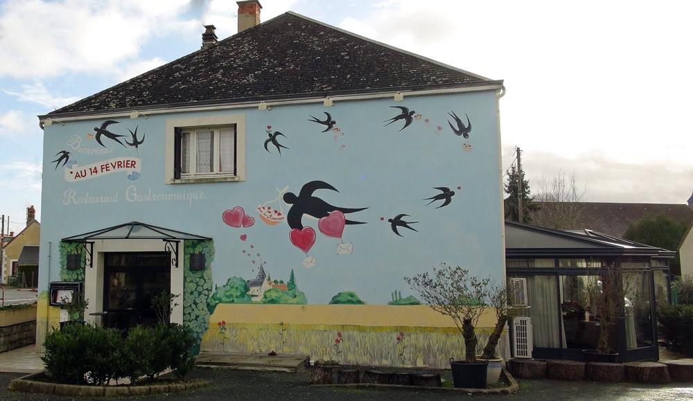 """L'entrée du """"Au 14 février"""" et sa façade peinte"""