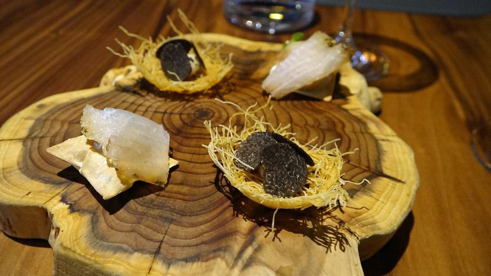 Biscuit soufflé, crémeux de capucine tubéreuse et silure fumé - Biscuit croustillant, crémeux de topinambour et truffe mélano