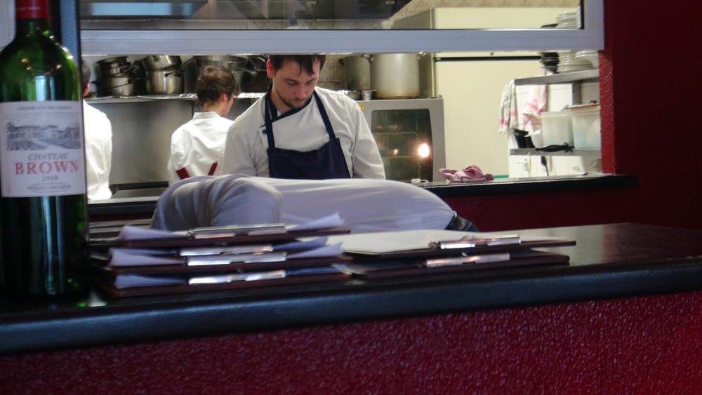 Sylvain Le Bras, le chef, dans sa cuisine ouverte