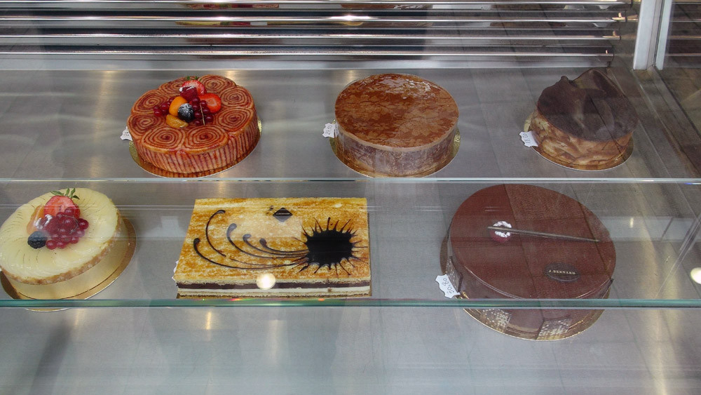 Gros gâteaux en vitrine (pas d'étiquettes de dénomination et de composition)