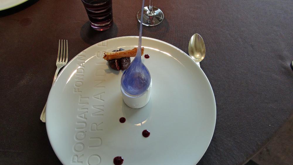 Vacherin de brousse au miel de pays, figue rôtie, jus de sangria et bâton de cannelle croustillant
