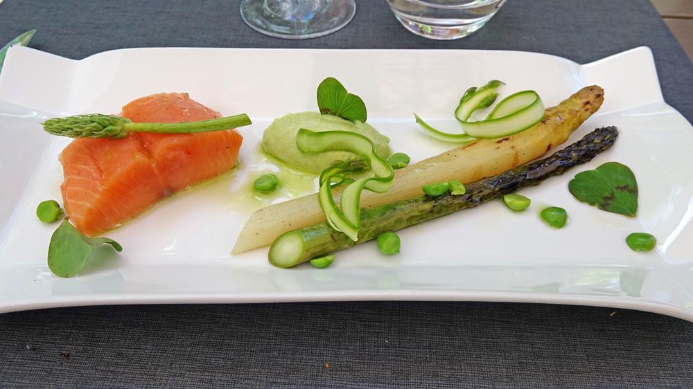 Saumon de France, asperges grillées, petits pois et huile de cosse