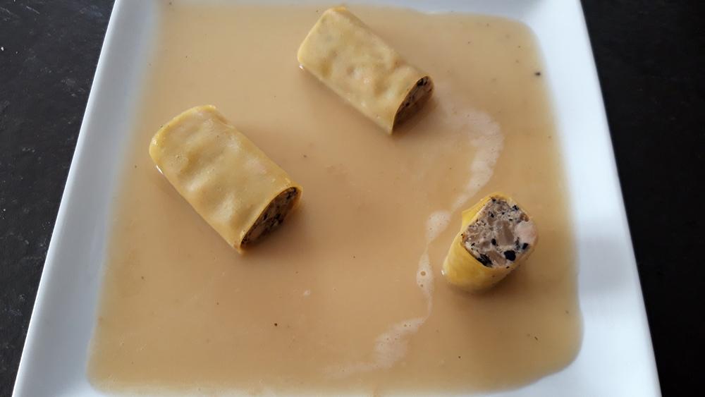Foie gras, truffe et céleri en cannellonis à l'assiette
