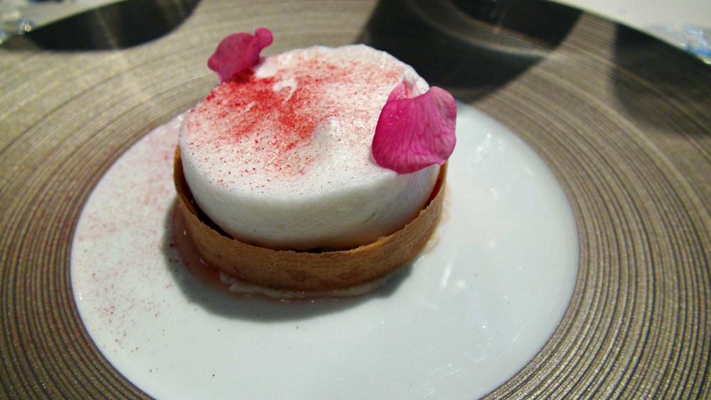 Tartelette rhubarbe mousse jasmin, poudre de framboises