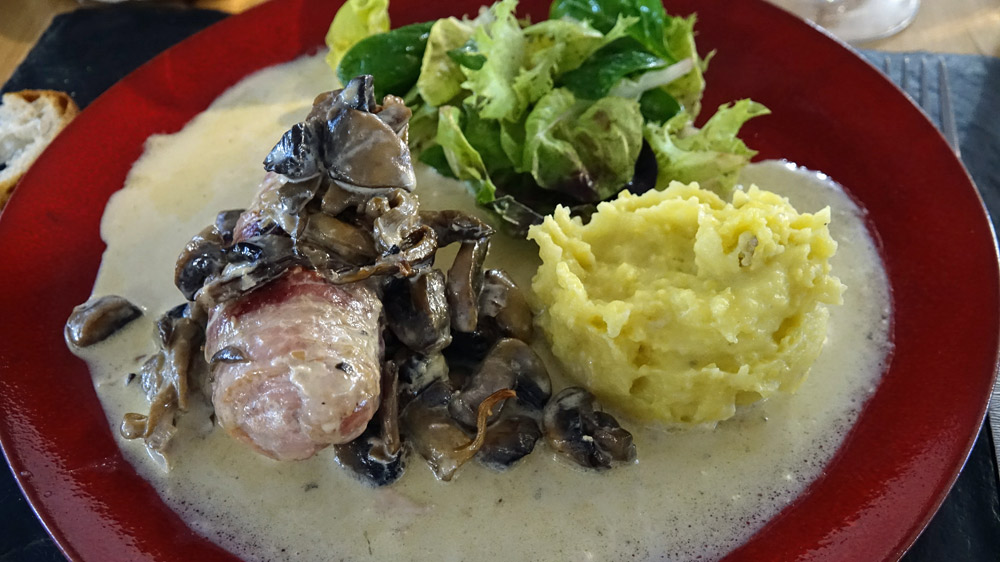 Râble de lapin Ligérien à l'angevine : Râble de lapin désossé et sa garniture champignons, lardons et petits oignons