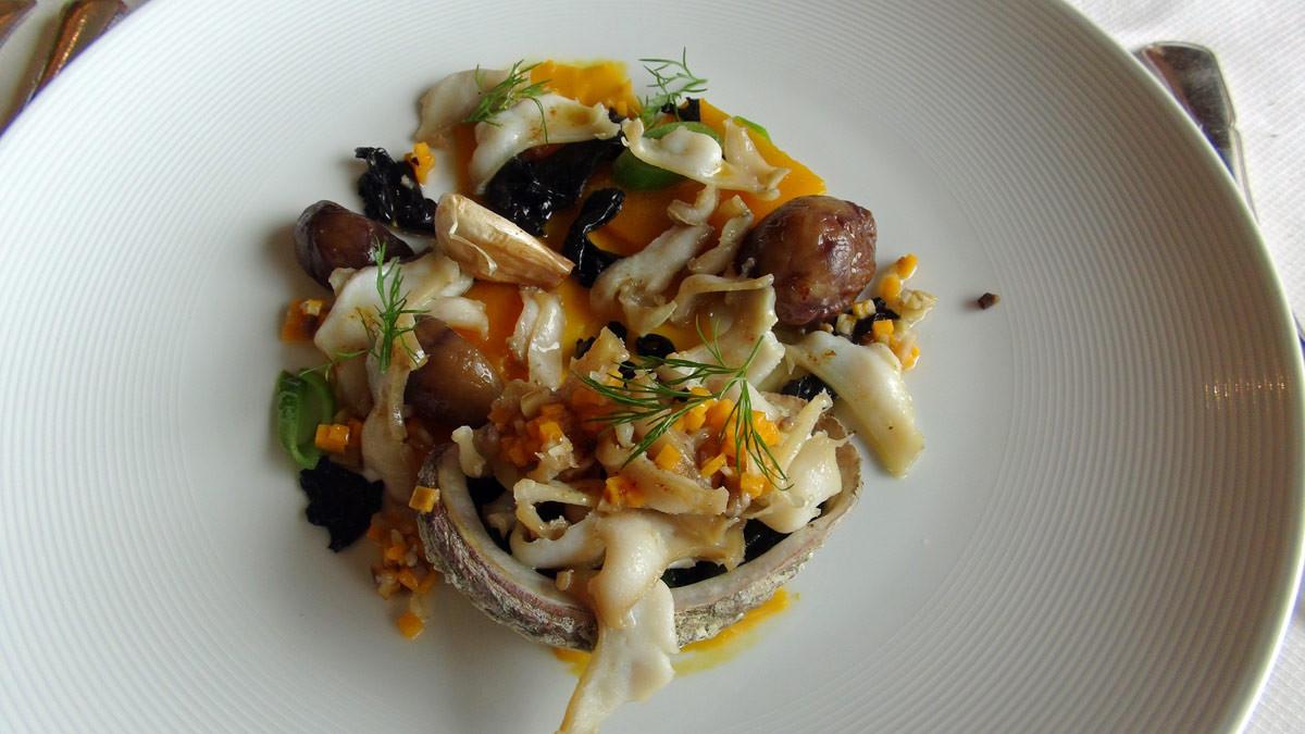 Ormeaux sauvages de la côte bretonne rôtis au beurre salé et accompagnés de butternut