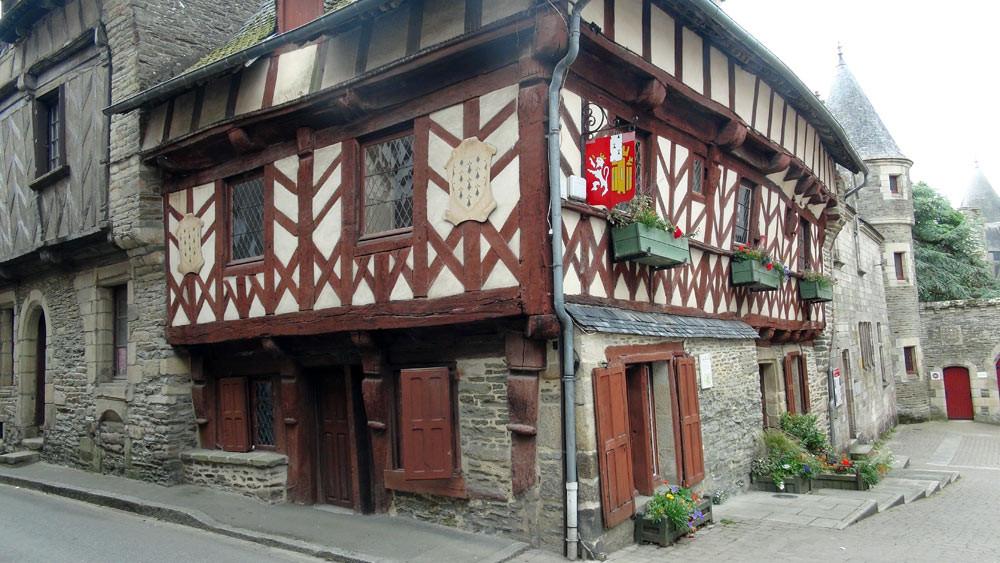 Maison à colombages à Josselin (juste en face la Crêperie des Trente)