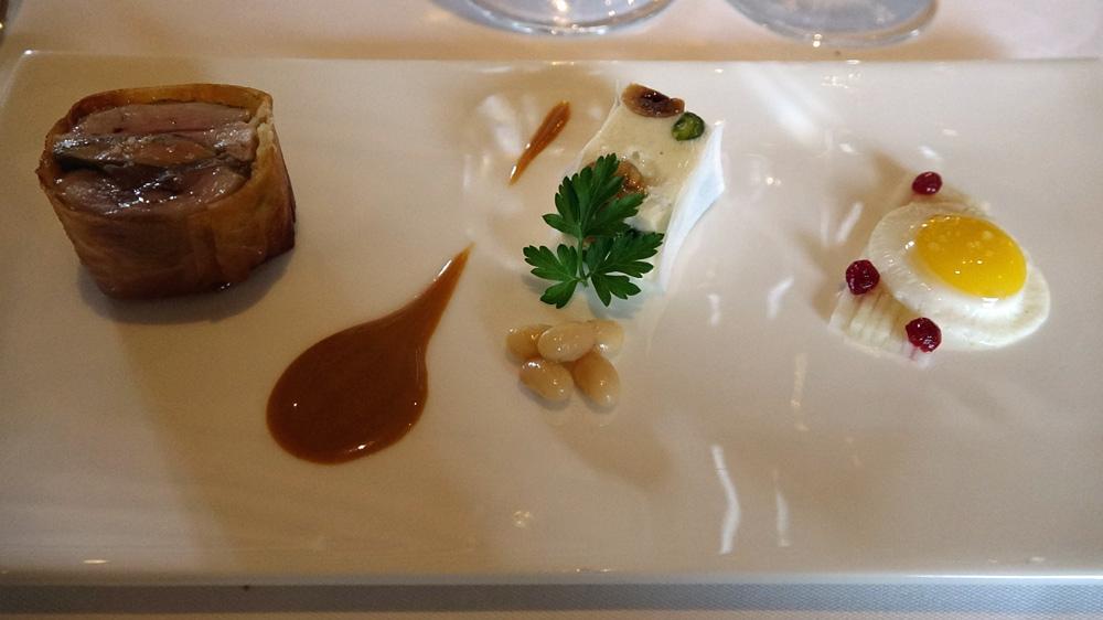 Caille croustillante, au foie gras et cèpes caramélisés, nougat Comtesse de Chambord (variété de haricots blancs), salade de chou rave aux noix
