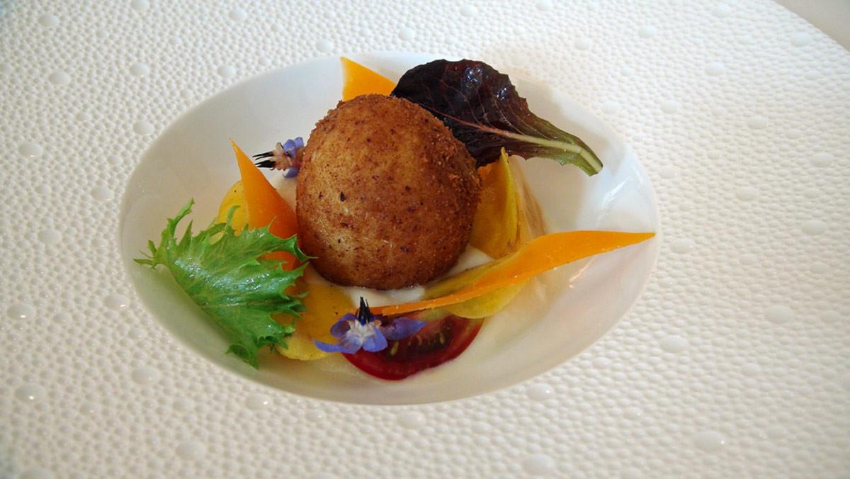Œuf pané à l'anglaise et céleri-rave à la mimolette