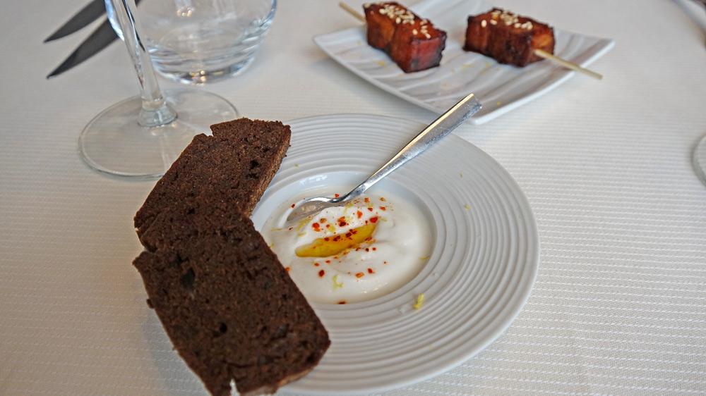 Amuse-bouche : Fromage de chèvre battu à l'huile d'olive et piment d'Espelette, pain de petit épeautre - Travers de porc à l'orientale