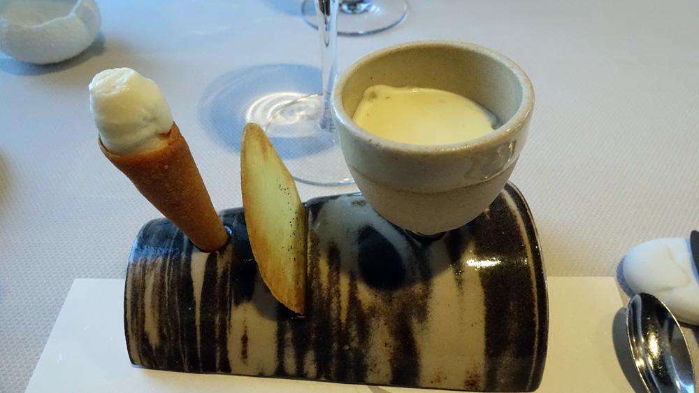 Première série d'amuse-bouche : Cornet glacé de pomme de terre, Chips croustillante et Émulsion de pomme de terre