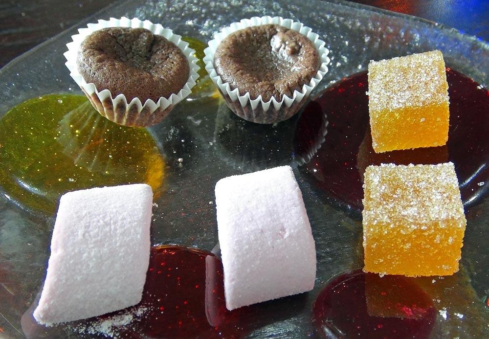Mignardises (Moelleux au chocolat - Guimauve à la fraise - Pâte de fruit abricot)