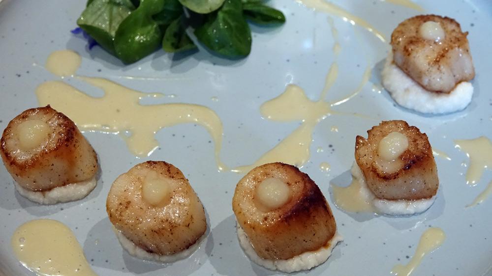 Coquilles Saint-Jacques des Côtes d'Armor poêlées, fumet de verveine, purée de chou fleur aux amandes, citron vert