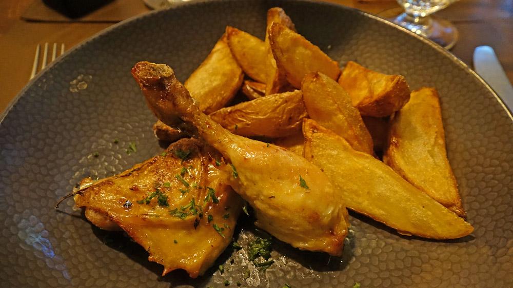 Poulet rôti, frites maison et petit pois