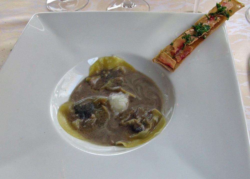 Ravioles d'oignons & bouillon de truffes, craquant de foie gras