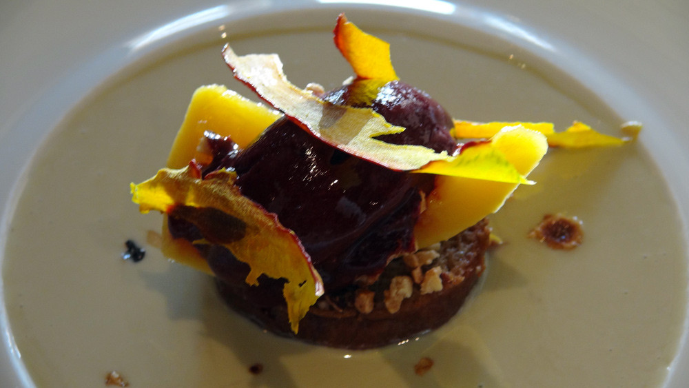 Savarin, potimarron, crème verveine et sorbet cassis