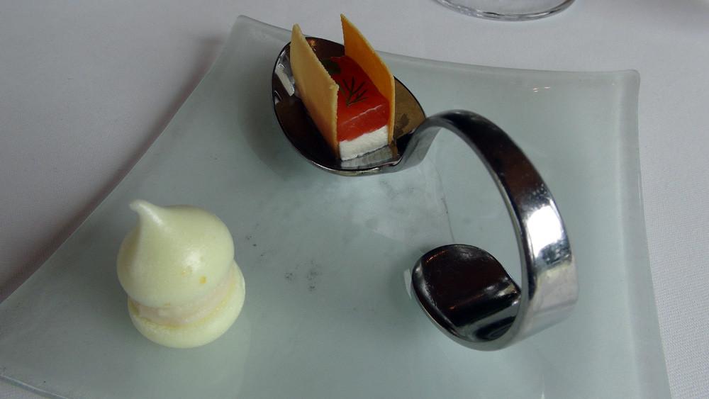 Petitsq savoureux apéritifs : Yuzu frais, macaron aux zestes et jus - Raifort, galette de saumon gravlax à la fleur de sel, atsina cress, aneth