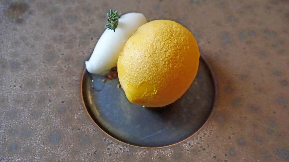Citron jaune en coque de chocolat blanc et citron confit, sorbet citron et thym