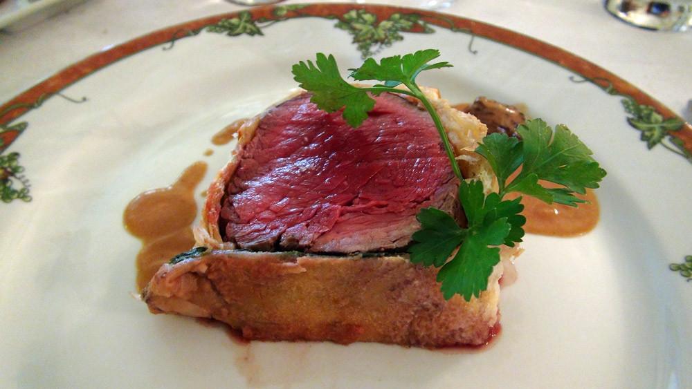 Filet de bœuf en croûte feuilletée, sauce aux morilles