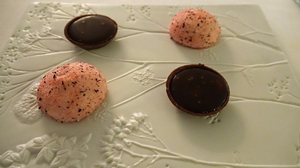 Mignardises :  Guimauve glacée framboise et litchi - Tartelette caramel au beurre salé, nougatine et grué de cacao