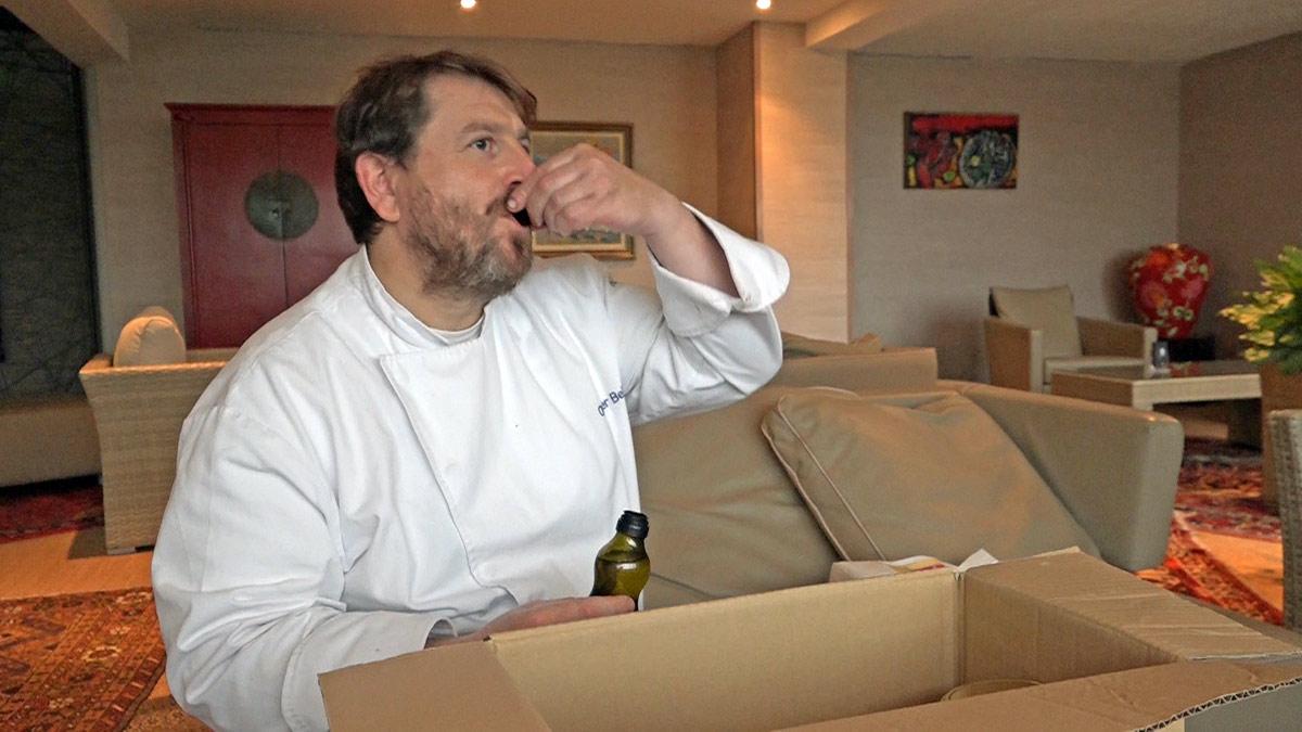 Olivier Bellin déguste l'huile de cameline de JP Cloteau