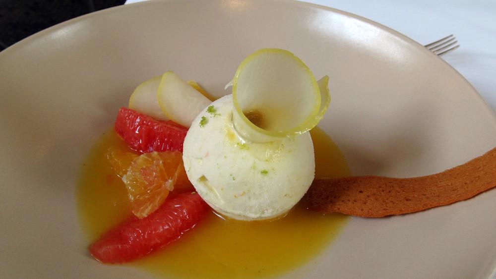 Parfait glacé aux agrumes, coeur moelleux au citron, pamplemousse orange & cédrat